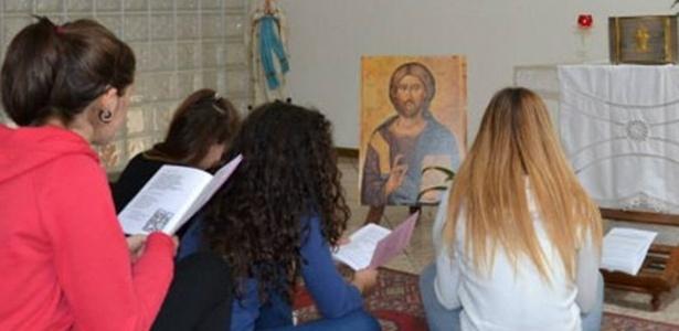 Na imagem, divulgada pelo jornal iraliano La Voce Del Trentino, professoras do colégio católico Sacro Cuore