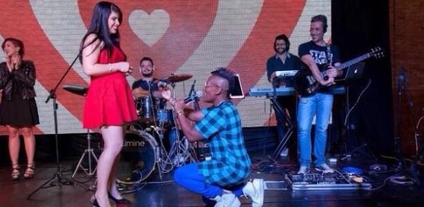 Ajoelhada, Neném pede a namorada Thais Oliveira em casamento. O pedido foi feito durante o aniversário do cerimonialista Junior Donatto, responsável pelos preparativos da união
