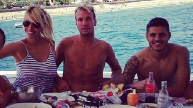 A foto, de setembro deste ano, mostra Mauro Icardi (dir.) durante viagem com o casal argentino, Wanda Nara e Maxi López