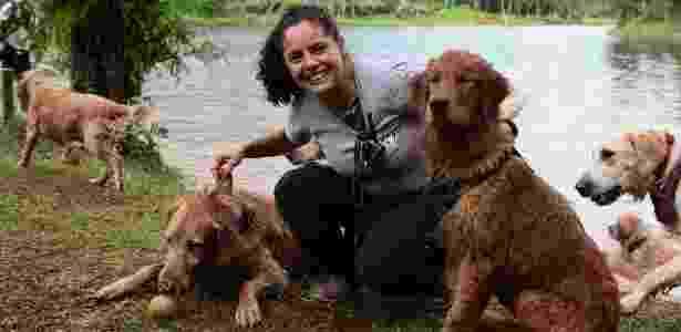 Na imagem, a empresária Larissa Rios, organizadora de eventos para lazer com pets, posa com as cadelas da raça golden retriever, Cleo (esq.) e Alegria (dir.) - Monalisa Lins/BOL