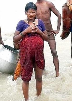 Ao deixar seu vilarejo no sul do Estado indiano de Karnataka, Yellawa, de 22 anos, usou abóboras secas e cuias como boias para ajudá-la a flutuar.